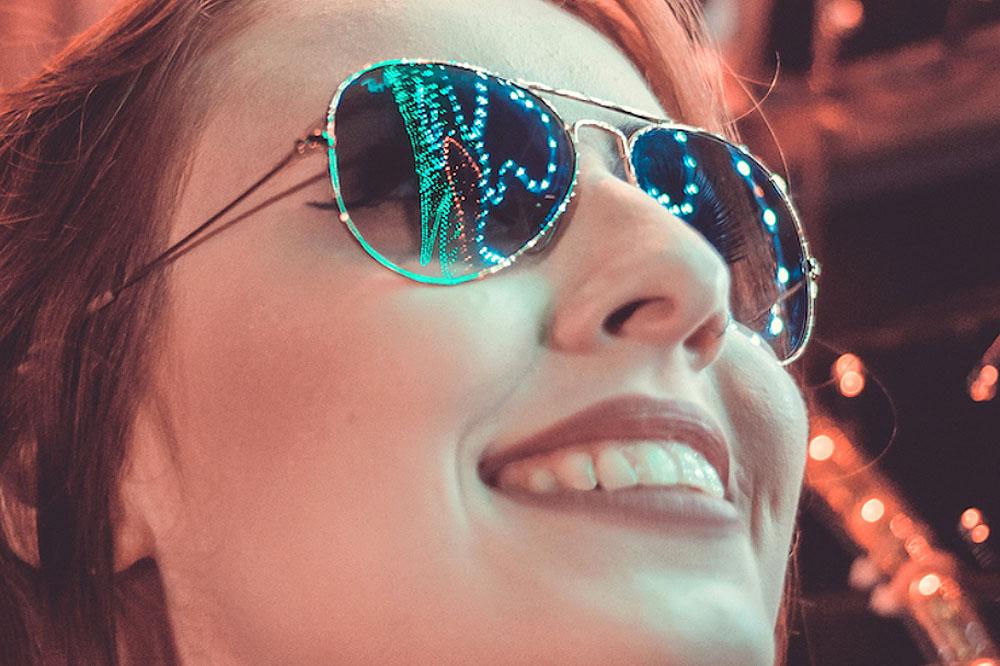 Occhiali da sole al buio: una ricerca spiega il perché